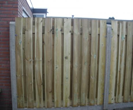 Schutting met 19 plank houtenschermen